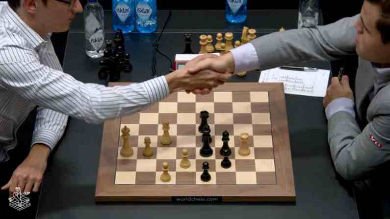 Scacchi, quinta partita del mondiale: Caruana attacca ma è ancora patta