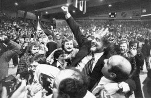 """""""König"""" Vlado Stenzel - auf Händen getragen nach dem Sieg im WM-Finale 1978 - Quelle: http://www.thw-provinzial.de/thw/07010605.htm"""