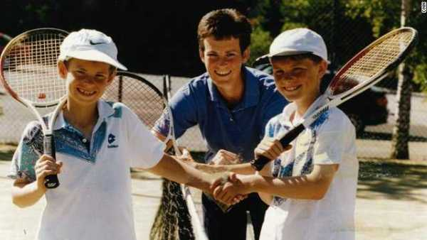 CNN: Judy Murray – Mutter von Andy Murray – im Interview (v.l. Jamie, Judy, Andy) - Foto: CNN International