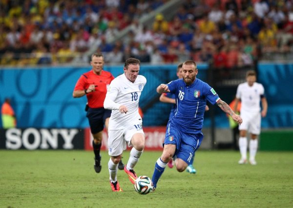 Fußball-WM 2014 Brasilien: Italien besiegt England 2:1 - Wayne Rooney of England and Daniele De Rossi of Italy compete for the ball during the 2014 FIFA World Cup Brazil Group D match between England and Italy at Arena Amazonia on June 14, 2014 in Manaus, Brazil. (Photo by Adam Pretty/Getty Images for Sony)