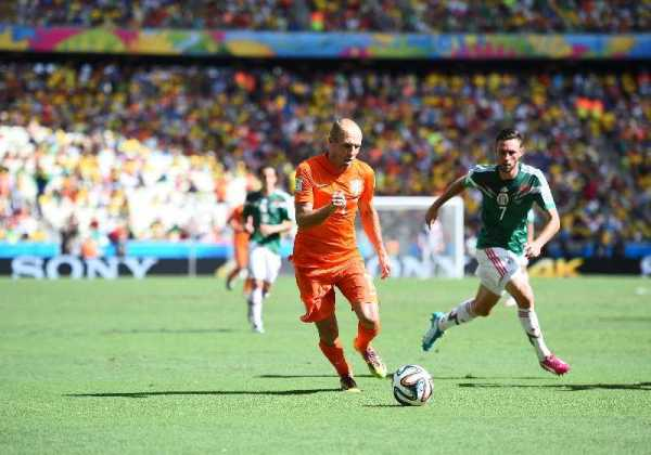 Fußball FIFA WM 2014: Niederlande bestätigt WM-Favoritenrolle bei Mexiko-Sieg durch mentale und willensstarke Vorstellung - Arjen Robben of the Netherlands in action during the 2014 FIFA World Cup Brazil Round of 16 match between Netherlands and Mexico at Castelao on June 29, 2014 in Fortaleza, Brazil. (Photo by Laurence Griffiths/Getty Images for Sony)