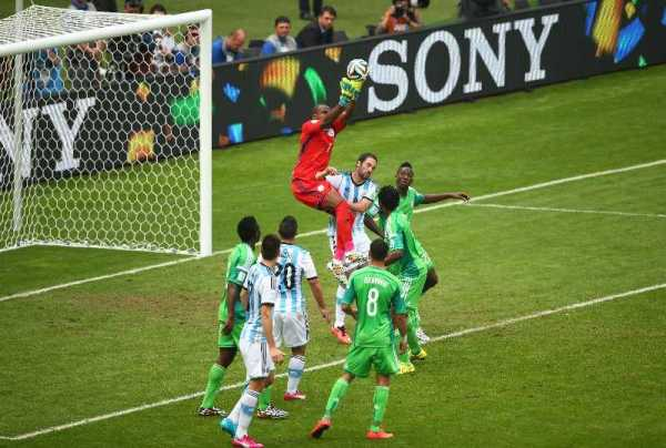 Fußball FIFA WM 2014: TEAM Argentina mit Lionel Messi verdienter 3:2-Sieger gegen Nigeria in einem gutklassigen Match - Vincent Enyeama of Nigeria catches the ball during the 2014 FIFA World Cup Brazil Group F match between Nigeria and Argentina at Estadio Beira-Rio on June 25, 2014 in Porto Alegre, Brazil. (Photo by Quinn Rooney/Getty Images for Sony)