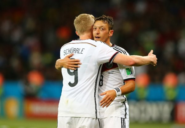 "Fußball FIFA WM 2014: Deutschland mit Sieghunger, ohne ""Schönspielerei"", mit Zittersieg gegen Algerien weiter auf WM-Titelkurs - Mesut Oezil of Germany celebrates scoring his team's second goal with his teammate Andre Schuerrle during the 2014 FIFA World Cup Brazil Round of 16 match between Germany and Algeria at Estadio Beira-Rio on June 30, 2014 in Porto Alegre, Brazil. (Photo by Martin Rose/Getty Images for Sony)"