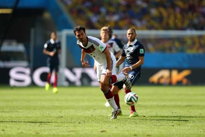 Fußball WM 2014: Mats Hummels of Germany and Karim Benzema of France compete for the ball during the 2014 FIFA World Cup Brazil Quarter Final match between France and Germany at Maracana on July 4, 2014 in Rio de Janeiro, Brazil. (Photo by Martin Rose/Getty Images for Sony)