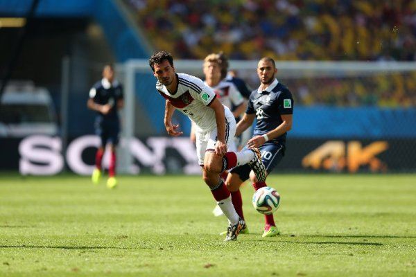 "Fußball FIFA WM 2014: Kompaktes TEAM DEUTSCHLAND besiegt ""schön spielendes"" Frankreich und ist verdient im Semifinale - Mats Hummels of Germany and Karim Benzema of France compete for the ball during the 2014 FIFA World Cup Brazil Quarter Final match between France and Germany at Maracana on July 4, 2014 in Rio de Janeiro, Brazil. (Photo by Martin Rose/Getty Images for Sony)"
