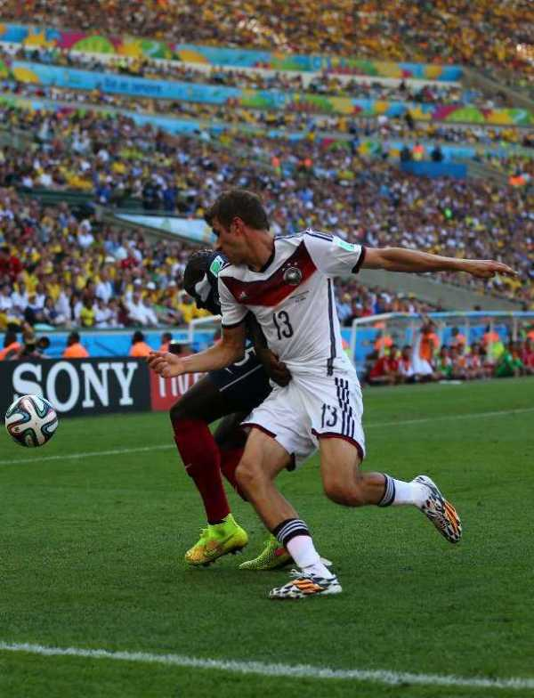 "Fußball FIFA WM 2014: Kompaktes TEAM DEUTSCHLAND besiegt ""schön spielendes"" Frankreich und ist verdient im Semifinale - Thomas Mueller of Germany and Mamadou Sakho of France compete for the ball during the 2014 FIFA World Cup Brazil Quarter Final match between France and Germany at Maracana on July 4, 2014 in Rio de Janeiro, Brazil. (Photo by Martin Rose/Getty Images for Sony)"