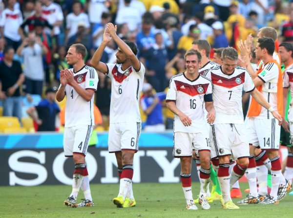 "Fußball FIFA WM 2014: Kompaktes TEAM DEUTSCHLAND besiegt ""schön spielendes"" Frankreich und ist verdient im Semifinale - Germany players celebrate the 1-0 win in the 2014 FIFA World Cup Brazil Quarter Final match between France and Germany at Maracana on July 4, 2014 in Rio de Janeiro, Brazil. (Photo by Jamie Squire/Getty Images for Sony)"