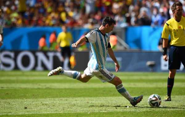 FIFA WM 2014: Argentiniens kompakter Erfolgs-Fußball besiegt souverän Belgien bei sehr guter Schiedsrichterleistung von Nicola Rizzoli - Lionel Messi of Argentina takes a free kick during the 2014 FIFA World Cup Brazil Quarter Final match between Argentina and Belgium at Estadio Nacional on July 5, 2014 in Brasilia, Brazil. (Photo by Matthias Hangst/Getty Images for Sony)