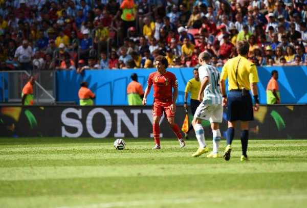 Fußball FIFA WM 2014: Nicola Rizzoli aus Italien leitet WM-Finale Deutschland gegen Argentinien - Axel Witsel of Belgium in action during the 2014 FIFA World Cup Brazil Quarter Final match between Argentina and Belgium at Estadio Nacional on July 5, 2014 in Brasilia, Brazil. (Photo by Matthias Hangst/Getty Images for Sony)