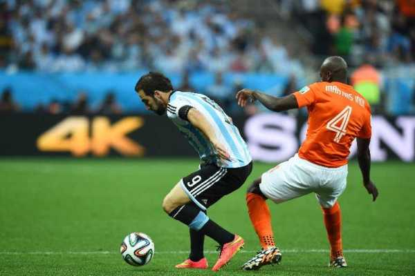 """WM-Einsichten: Lionel Messi mit """"Underdog"""" Argentinien neuer Fußball-Weltmeister? - Gonzalo Higuain of Argentina and Bruno Martins Indi of the Netherlands compete for the ball during the 2014 FIFA World Cup Brazil Semi Final match between the Netherlands and Argentina at Arena de Sao Paulo on July 9, 2014 in Sao Paulo, Brazil. (Photo by Matthias Hangst/Getty Images for Sony)"""