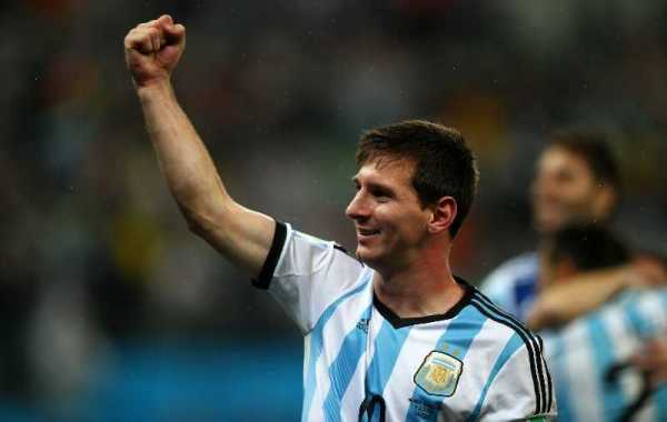 Fußball FIFA WM 2014: Argentinien siegt im Elfmeter-Krimi gegen die Niederlande und fordert Deutschland im WM-Finale heraus - Lionel Messi of Argentina celebrates the win after the 2014 FIFA World Cup Brazil Semi Final match between the Netherlands and Argentina at Arena de Sao Paulo on July 9, 2014 in Sao Paulo, Brazil. (Photo by Clive Rose/Getty Images)
