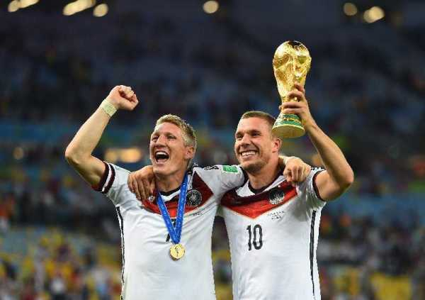 "Fußball FIFA WM 2014: Vierter Weltmeister-Stern für Deutschland nach genialem Götze-Moment – Lionel Messi mit ""Goldenem Ball"" - Bastian Schweinsteiger and Lukas Podolski of Germany celebrate after the 2014 FIFA World Cup Brazil Final match between Germany and Argentina at Maracana on July 13, 2014 in Rio de Janeiro, Brazil. (Photo by Laurence Griffiths/Getty Images for Sony)"