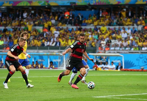 Fußball FIFA WM 2014: Deutschland ist schon Vizeweltmeister! Rekord-Titelträger Brasilien kontrolliert, filetiert und 7:1 deklassiert - Miroslav Klose of Germany scores his team's second goal during the 2014 FIFA World Cup Brazil Semi Final match between Brazil and Germany at Estadio Mineirao on July 8, 2014 in Belo Horizonte, Brazil. (Photo by Robert Cianflone/Getty Images for Sony)