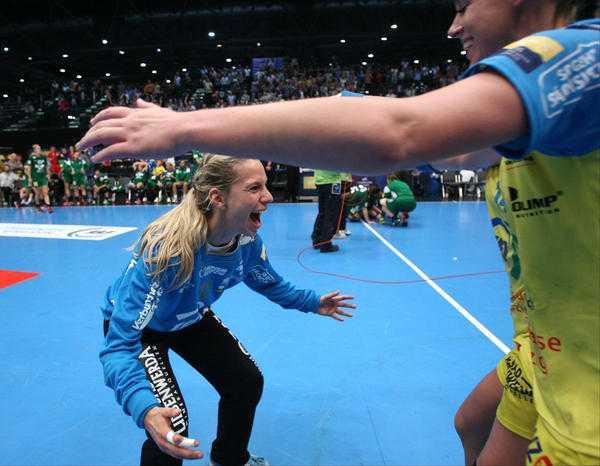 Ehrung: Katja Schülke mit ausgelassener Freude nach dem Sieg in der Champions-League-Qualifikation gegen FTC Budapest am 21.09.2014 - Foto: Sebastian Brauner