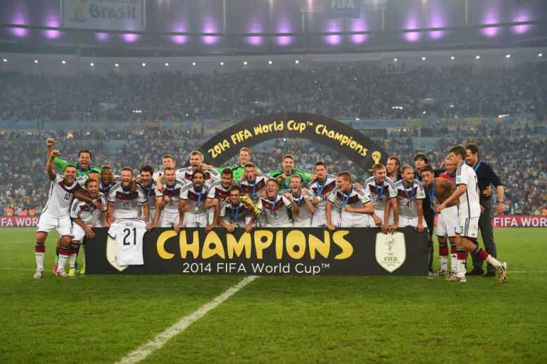 """SPORT4Final: Jahres-Höhepunkte 2014 - Fußball FIFA WM 2014: Vierter Weltmeister-Stern für Deutschland nach genialem Götze-Moment – Lionel Messi mit """"Goldenem Ball"""" - Germany players celebrate winning the World Cup after the 2014 FIFA World Cup Brazil Final match between Germany and Argentina at Maracana on July 13, 2014 in Rio de Janeiro, Brazil. (Foto by Jamie McDonald/Getty Images for Sony)"""