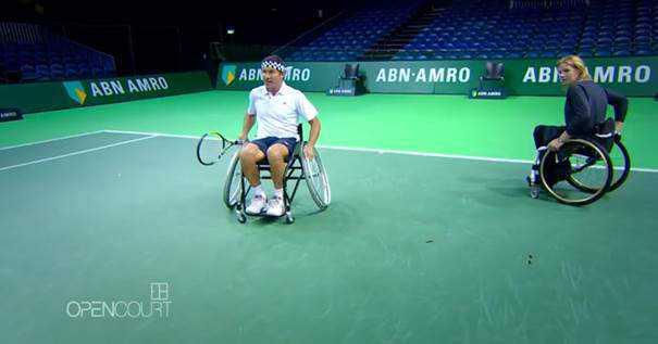 """""""Open Court"""" mit Pat Cash: Esther Vergeer setzt neue Maßstäbe im Rollstuhltennis - Pat Cash versucht sich im Rollstuhltennis - Foto: CNN International """"Open Court"""""""