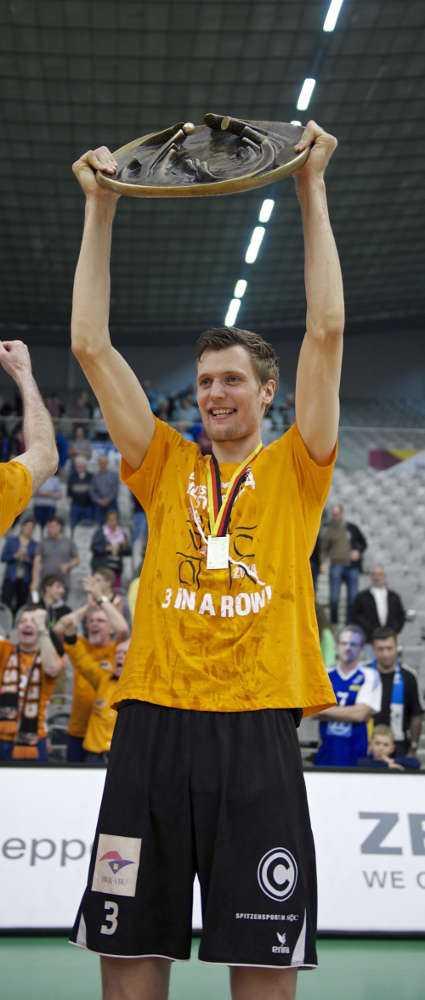 Champions League: Robert Kromm (BR Volleys mit DVV-Meisterschale) - Foto: Günter Kram