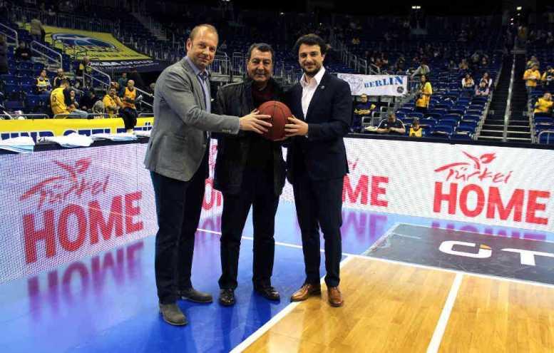 Marco Baldi (Geschäftsführer ALBA BERLIN), Dr. Tahsin Yilmaz (Botschaftsrat für Kultur in der Botschaft der Republik Türkei in Berlin), Mithat Demirel (Sportdirektor ALBA BERLIN) - Foto: ALBA BERLIN