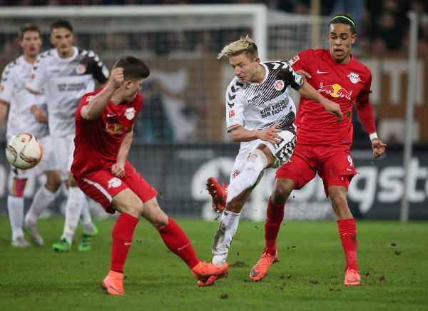 FC St. Pauli vs. RasenBallsport Leipzig - Marcel Sabitzer (RB Leipzig), Marc Rzatkowski (St. Pauli) und Yussuf Poulsen (RB Leipzig) - Foto: GEPA pictures/Roger Petzsche
