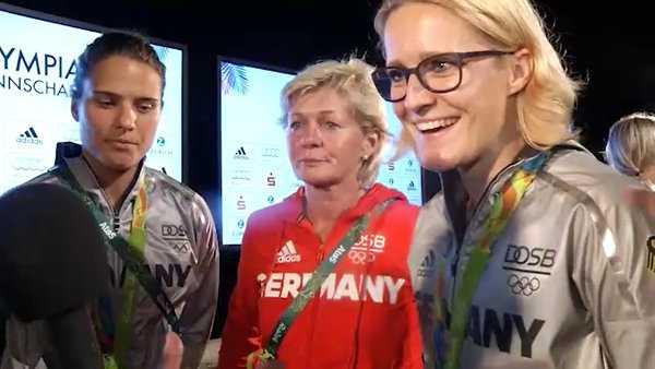Olympia Rio 2016: Saskia Bartusiak (re.), Dzsenifer Marozsan (li.), Silvia Neid im Gold-Interview - Foto: VICONPILOT / Schmidt Media