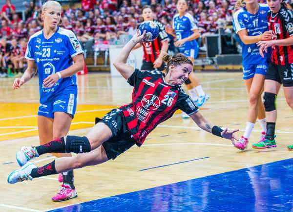 Handball-Bundesliga am 25.09.2016. Leverkusen vs. HC Leipzig 18:36 in der Ostermann-Arena in Leverkusen. Nina Schilk (26) und Shenia Minevskaja (23) - Foto: Ralf Kardes