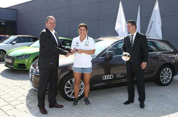 Nora Mörk mit Dr. Csaba Bartha (re.) und Audi-Manager Peter Löre vor dem Audi A4 Avant 2.0 TDI - Foto: Györi Audi ETO KC - Aniko Kovacs