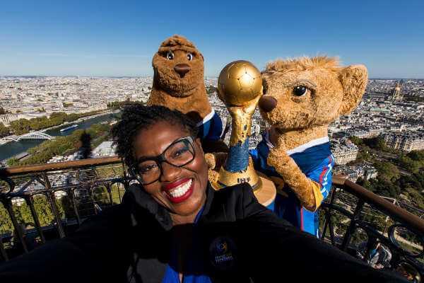 Handball WM 2017 Frankreich: Claudia Tagbo mit WM-Pokal und Rok & Koolette auf dem Eiffelturm - Foto: Julian Schlosser/DPPI