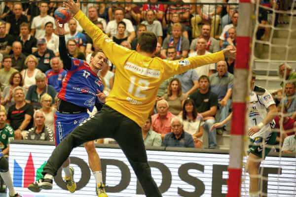 Handball: SC DHfK Leipzig mit Yves Kunkel (li.) - Foto: HBW BalingenWeilstetten / Paul Bossenmaier