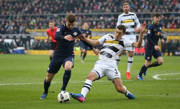 Deutsche Bundesliga, Borussia Mönchengladbach vs. RasenBallsport Leipzig – Timo Werner (RB Leipzig) und Andreas Christensen (Gladbach) - Foto: GEPA pictures/Roger Petzsche