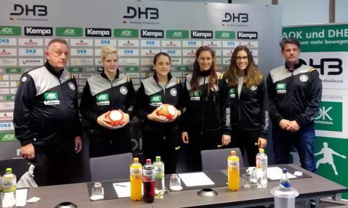 Handball DHB Ladies Frauen-Nationalmannschaft - Michael Biegler, Clara Woltering, Alexandra Mazzucco, Jenny Karolius, Emily Bölk, Jan Holpert - Foto: SPORT4FINAL