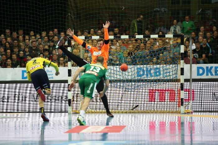 Andy Schmid und Jens Vortmann - SC DHfK Leipzig vs. Rhein-Neckar Löwen - Handball Bundesliga - Arena Leipzig am 11.11.2017 - Foto: Karsten Mann