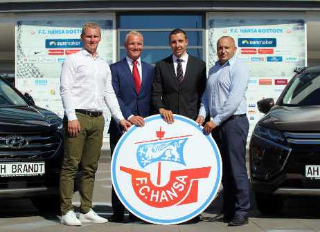 Martin Skrodzki (Infront), Willi Brandt und Felix Thieme (Geschäftsführer Autohäuser Brandt) und Robert Marien (FC Hansa Rostock) - Foto: FC Hansa Rostock