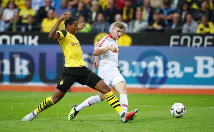 Fußball Bundesliga, Borussia Dortmund vs. RasenBallsport Leipzig. Manuel Akanji (Dortmund) und Timo Werner (RB Leipzig). Foto: GEPA pictures/Roger Petzsche