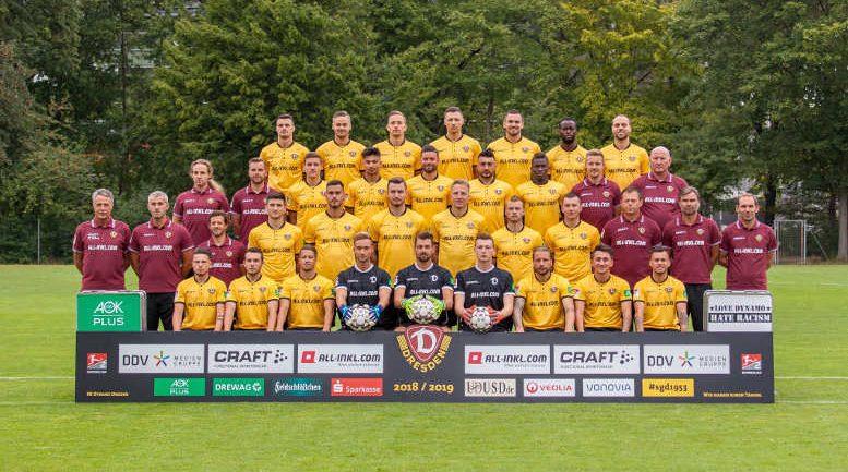 Dynamo Dresden – Fußball 2. Bundesliga – SGD – Saison 2018/2019 – Hintere Reihe von links: Philip Heise (16), Lucas Röser (9), Jannik Müller (18), Sören Gonther (26), Pascal Testroet (37), Erich Berko (40), Rico Benatelli (8) – 2. Reihe von oben von links: Tobias Lange, Alexander Schurig (Physiotherapeuten), Marius Hauptmann (35), Osman Atilgan (15), Niklas Kreuzer (7), Aias Aosman (10), Moussa Koné (14), Felix Schimmel (Co-Trainer), Dietmar Preußer (Zeugwart) – 3. Reihe von oben von links: Uwe Neuhaus (Cheftrainer), Peter Németh (Co-Trainer), Philippe Hasler (Athletiktrainer), Jannis Nikolaou (4), Dario Dumic (3), Florian Ballas (23), Marco Hartmann (6), Brian Hamalainen (31), Haris Duljevic (11), Branislav Arsenovic (Torwarttrainer), Matthias Lust (Co-Trainer), Sascha Lense (Sportpsychologe) – Untere Reihe von links: Vasil Kusej (32), Justin Löwe (34), Patrick Möschl (22), Tim Boss (21), Patrick Wiegers (24), Markus Schubert (1), Patrick Ebert (20), Baris Atik (28), Sascha Horvath (29) – Foto: SGD/Steffen Kuttner