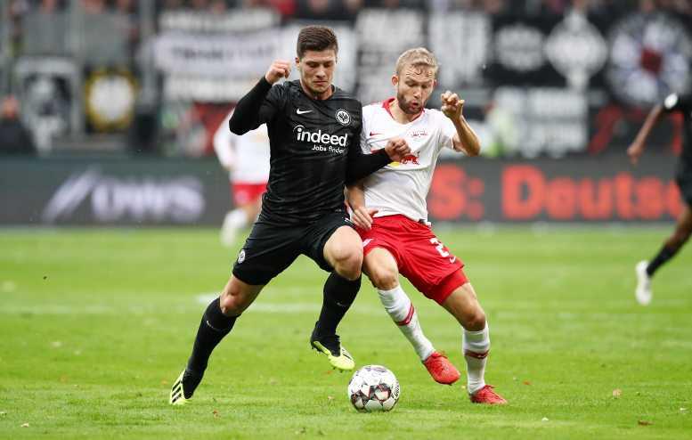 Fußball Bundesliga, Eintracht Frankfurt vs. RasenBallsport Leipzig. Luka Jovic (Frankfurt) und Konrad Laimer (RB Leipzig) - Foto: GEPA pictures/Roger Petzsche