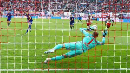 Fußball Bundesliga, RasenBallsport Leipzig vs. FC Schalke 04. Amine Harit (Schalke) und Peter Gulacsi (RB Leipzig) - Foto: GEPA pictures / Roger Petzsche
