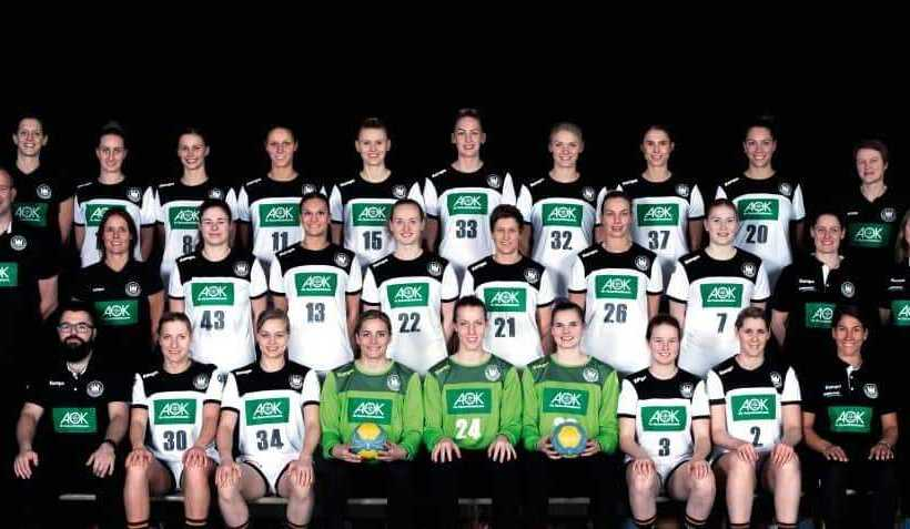 Handball Frauen Deutschland DHB: Obere Reihe (von li. nach re.): Laura Steinbach (Teammanagerin), Mia Zschocke, Nele Reimer, Xenia Smits, Kim Naidzinavicius, Luisa Schulze, Shenia Minevskaja, Alicia Stolle, Emily Bölk, Heike Horstmann (Co-Trainerin) Mittlere Reihe (von li. nach re.): Henk Groener (Bundestrainer), Debbie Klijn (Torwart-Trainerin), Jennifer Rode, Julia Behnke, Maren Weigel, Ina Großmann, Angie Geschke, Meike Schmelzer, Lyn Rosenfeld (Physiotherapeutin), Edith Pastoors (Physiotherapeutin) Untere Reihe (von li. nach re.): Lukas Kalwa (Videoanalyst), Jenny Behrend, Kim Braun, Dinah Eckerle, Nele Kurzke, Lea Rühter, Amelie Berger, Marlene Zapf, Dr. Mara Friton (Mannschaftsärztin) Foto: Marco Wolf