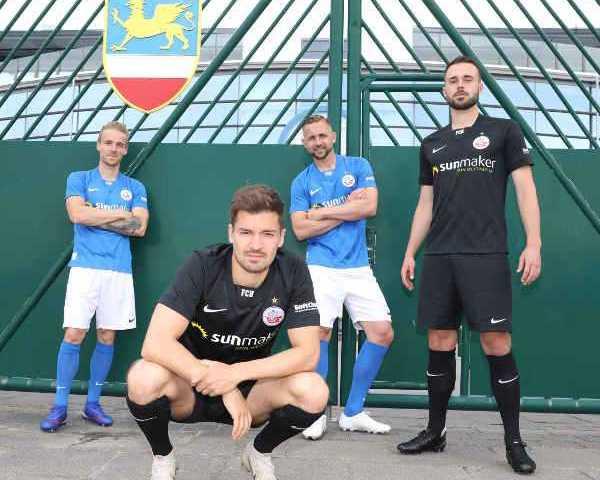 FC Hansa Rostock Trikot Saison 2020-2021 - Nils Butzen, Julian Riedel, John Verhoek und Pascal Breier (v.l.n.r.) - Foto: © F.C. Hansa Rostock