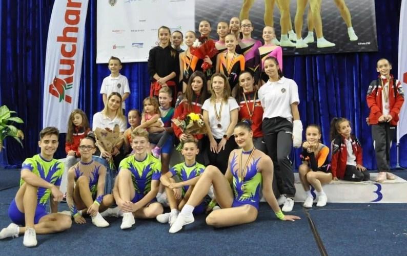 """Zece medalii pentru CS Universitatea-Urania Arad la """"naționalele"""" de gimnastică aerobică"""