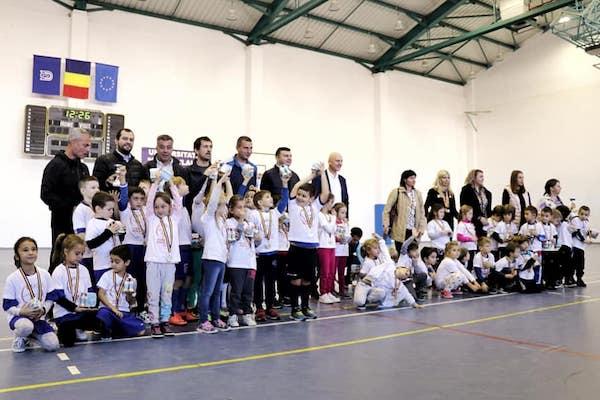 """Prima ediție a """"Arad Kids Cup"""" a adus pe parchetul Sălii UAV-Mihai Botez șapte echipe de la Grădinițe și Școlile Pregătitoare"""