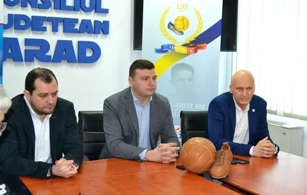 """""""Familie, tradiție, valoare"""" – cuvinte tari rostite răspicat de arădeni, organizatorii primului meci de fotbal din România!"""