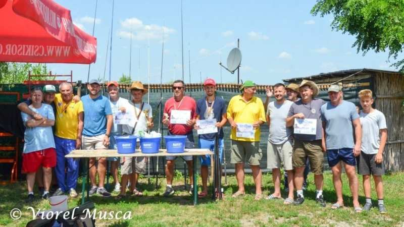 Ziariști și arbitri s-au întrecut la Cupa de vară AJF Arad la pescuit sportiv!