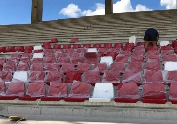 """Au """"răsărit"""" primele scaune pe arena """"Francisc Neuman"""", acestea vor fi prinse direct în beton"""
