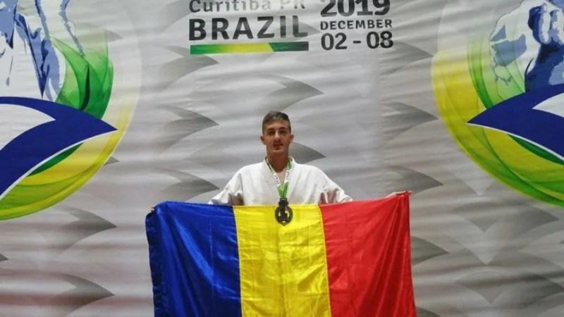 """Atacantul Crișului, Marian Codrea, e și vicecampion mondial la karate: """"Îmi doresc să fac performanță în ambele sporturi"""""""