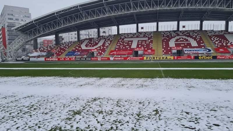 """Degivrarea de pe arena """"Francisc  Neuman"""" merge în """"valuri"""", cum va arăta gazonul la UTA – Viitorul după zăpada căzută la Arad?"""