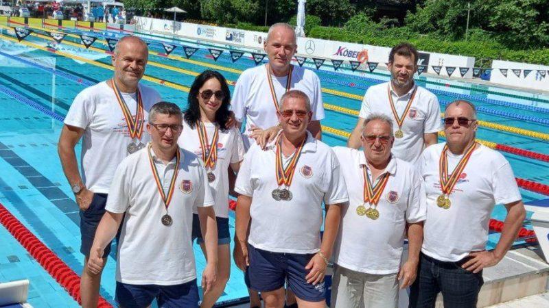 """Înotătorii veterani de la CSM Arad au cucerit nu mai puțin de 28 de medalii la """"naționalele"""" de la București!"""