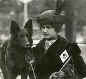 енщина с грюнендалем на выставке собак в 1913 г.