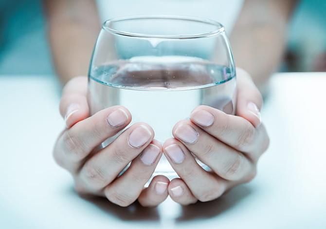Bere acqua a stomaco vuoto è una panacea? Qui la risposta