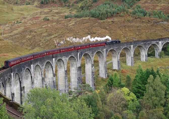 in-scozia-lungo-il-sentiero-del-viadotto-di-glenfinnan-dove-passa-il-treno-di-harry-potter-per-hogwarts-foto-asphotographic-pixabay