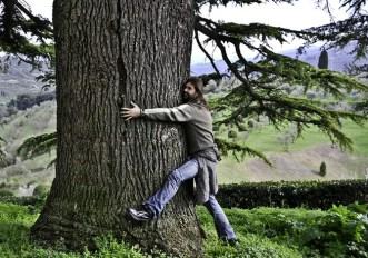 Coronavirus: in Islanda contro l'isolamento dicono di abbracciare gli alberi